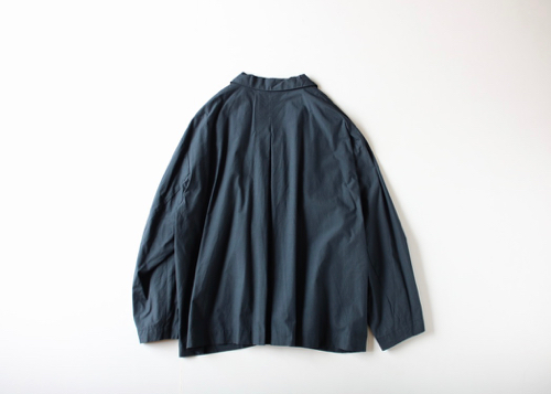 Small collar back tuck jacket